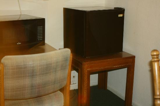 Columbia Inn Motel: Microwave, refrig, small table and chair