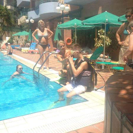 Bio Suites Hotel: Our Son is trying Pool diving