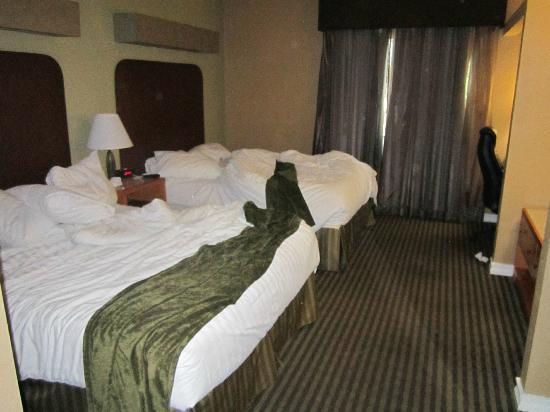 BEST WESTERN PLUS Royal Sun Inn & Suites: bedroom with 2 queens