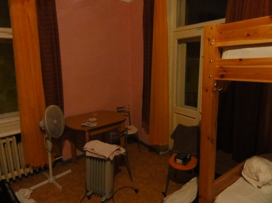Хостел The Naughty Squirrel Backpackers: Small lounge area of room