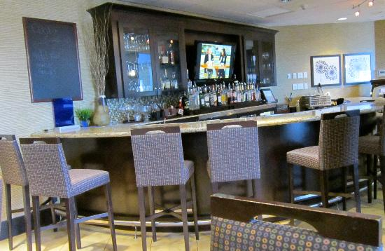 Hampton Inn & Suites Yonkers: Bar Area