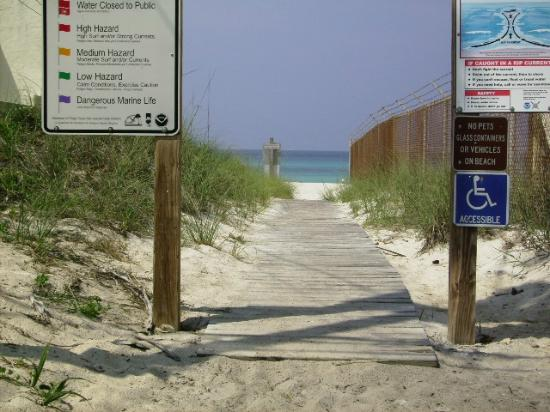 Spartan Inn: Beach access across the street