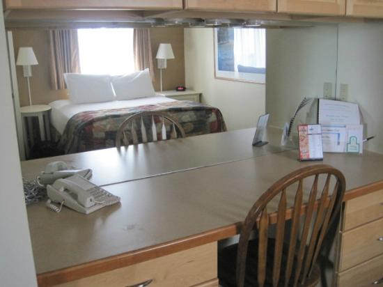 Weathervane Terrace Inn and Suites: Bedroom with convenient desk
