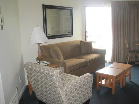Weathervane Terrace Inn and Suites: Living room with sofa bed
