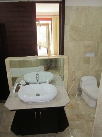 Indira Cottage: big bathroom