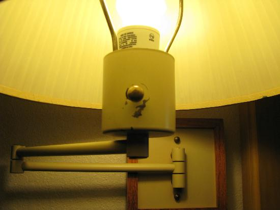 Cabot Lodge Tallahassee: Very old lamps, missing paint.