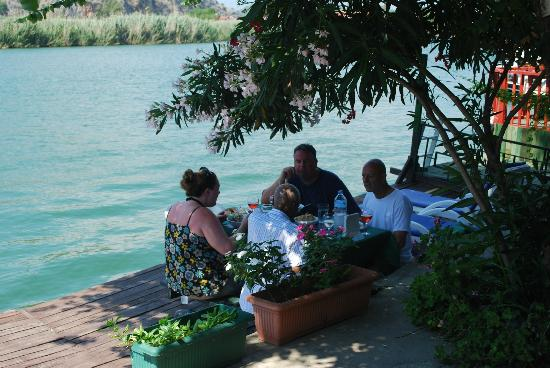 Kilim Hotel: River terrace- Lunch with friends