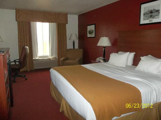 Holiday Inn Express Watertown: King bed