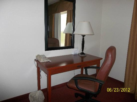 Holiday Inn Express Watertown: Desk and chair