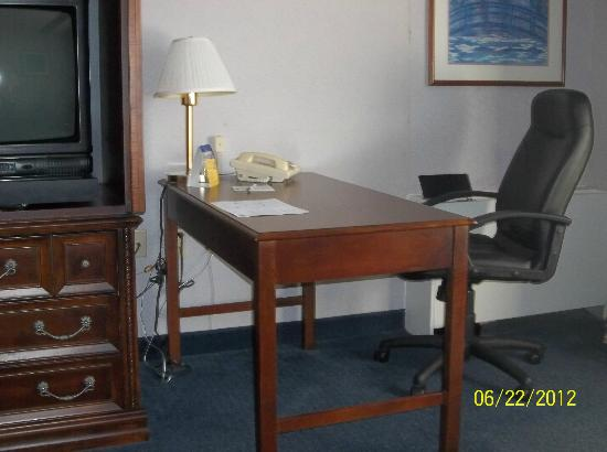 BEST WESTERN Plus Midway Hotel & Suites-Brookfield: desk and chair