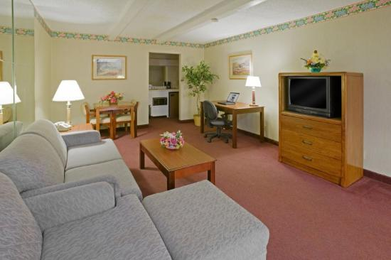 Americas Best Value Inn &amp; Suites-Tyler/Downtown: Two Room Suite