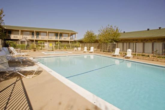 Americas Best Value Inn &amp; Suites-Tyler/Downtown: Pool