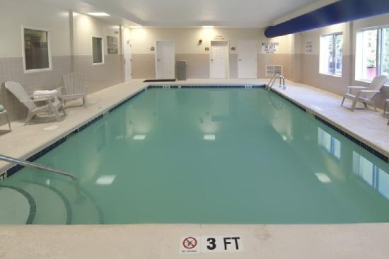 BEST WESTERN PLUS Airport Inn &amp; Suites: Swimming Pool