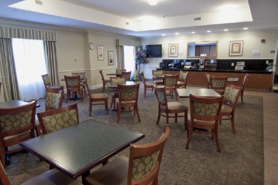 BEST WESTERN PLUS Airport Inn &amp; Suites: Breakfast Area