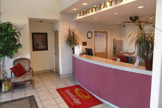 Econo Lodge West: Lobby