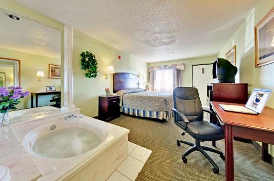 Americas Best Value Inn  Forth Worth: Jacuzzi Suite