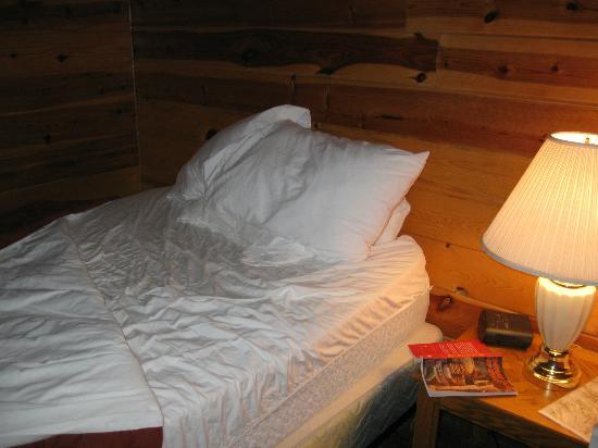 Red Stone Cabins: Bed