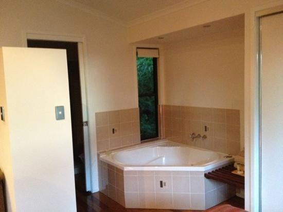 Montville Grove: spa in avocado room