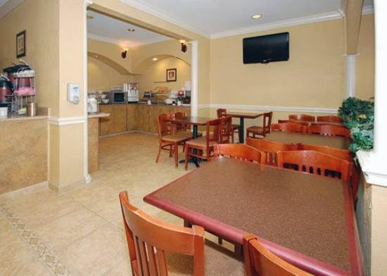 Comfort Suites: Breakfast seating