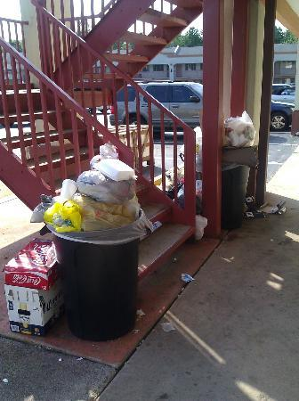 Hammonton Inn: Overflowing garbage