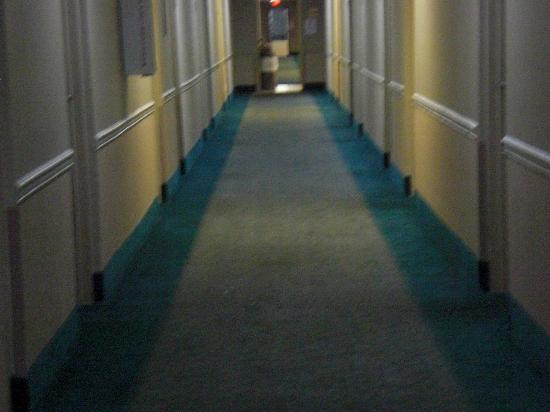 Howard Johnson Express Inn -  Pensacola: staine hallway