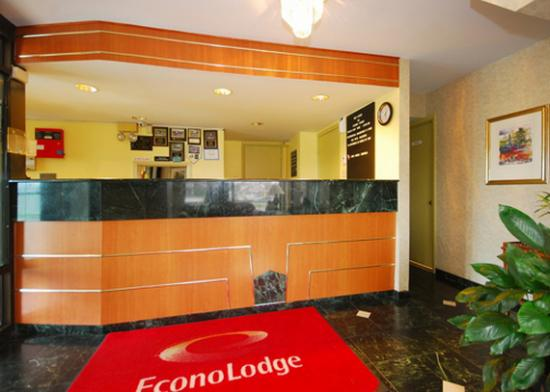 Econo Lodge Airport : Front desk