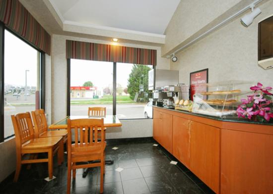 Econo Lodge Airport : Breakfast area