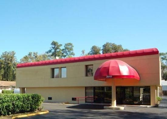 Econo Lodge University: Exterior
