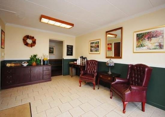 Econo Lodge Inn & Suites Airport: Lobby
