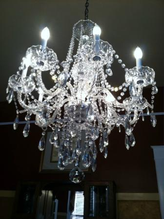 Noble Manor Bed and Breakfast: The beautiful chandelier in the dining room