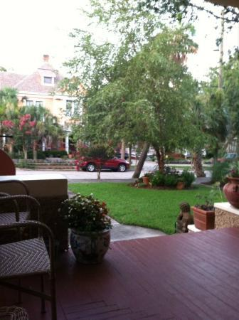 Noble Manor Bed and Breakfast: Front porch view