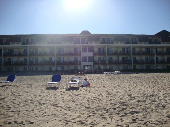 BEST WESTERN PLUS Dockside Waterfront Inn: View of the hotel from the beach