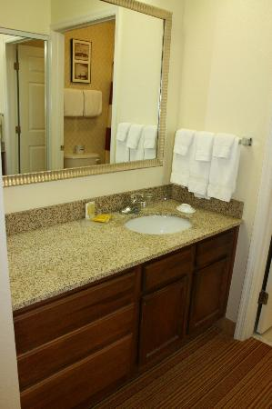 Residence Inn by Marriott Huntsville: bathroom counter