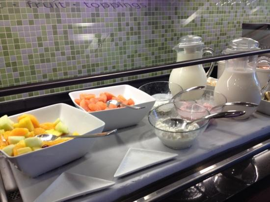 Hyatt Place Grand Rapids-South: fresh fruit, yogurt and cottage cheese