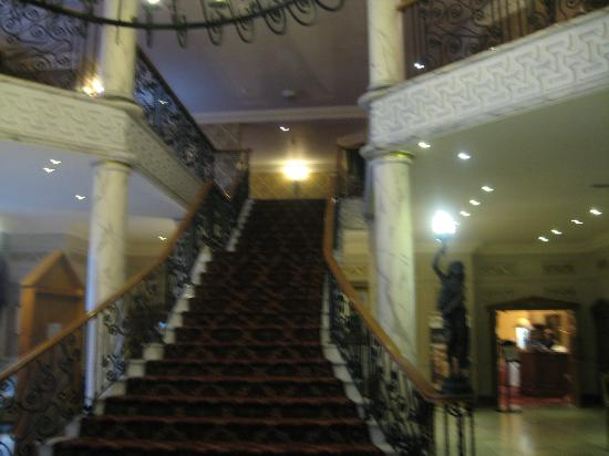 Clanree Hotel: EXCELLENT STAIRCASE NEAR RECEPTION.