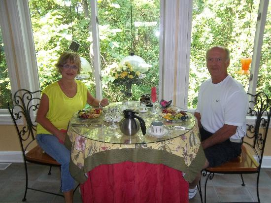 Songbird Prairie Bed & Breakfast: Breakfast room overlooking wooded area