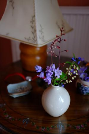 Tantallon Place Bed and Breakfast: お庭のお花がセンスよく飾られています。