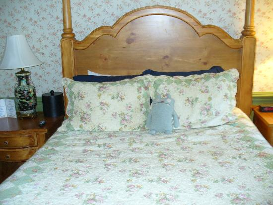 Publick House Historic Inn: I found the bed VERY comfy!!