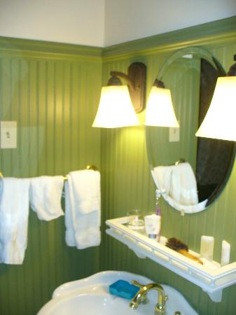 Publick House Historic Inn: Loved the green breadboard panelling - lovely bathroom!