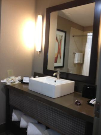 Holiday Inn Express Hotel &amp; Suites Dallas (Galleria Area): bathroom
