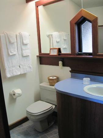 Black Heron Inn: Bathroom boasts excellent shower, good soap, towels &amp; shampoo