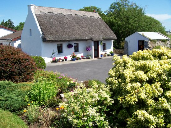 An Caladh Gearr Thatch Cottage B+B