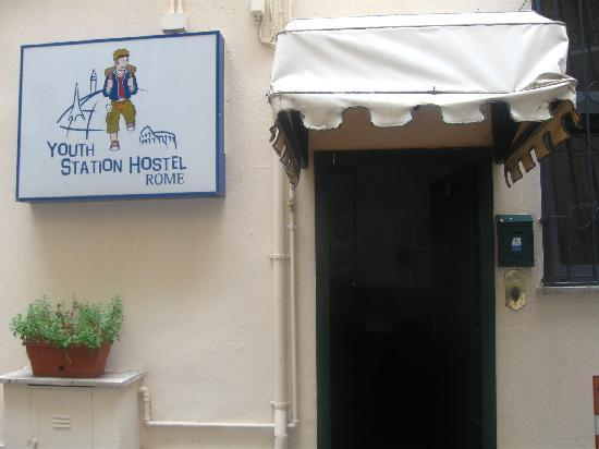 Youth Station Hostel: Entry
