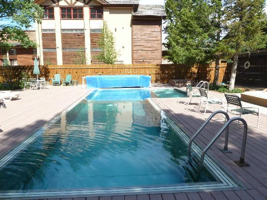 Alpenhof Lodge: The pool, outdoor & heated, there is a big hot tub next to it. They provided towels