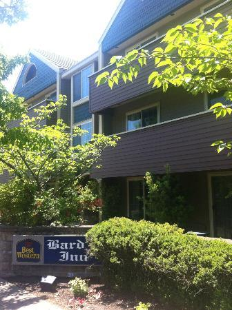 BEST WESTERN Bard&#39;s Inn: Front of building three with 500, 600 and 700 numbered rooms