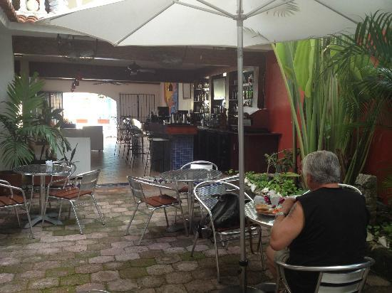 Flamingo Hotel: patio area where drinks and food are served