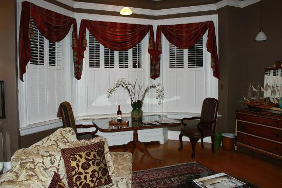 Maury Place at Monument: In the Pathfinder's Suite....wine open and waiting