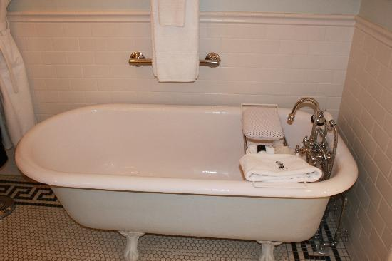 Maury Place at Monument: Loved this tub!