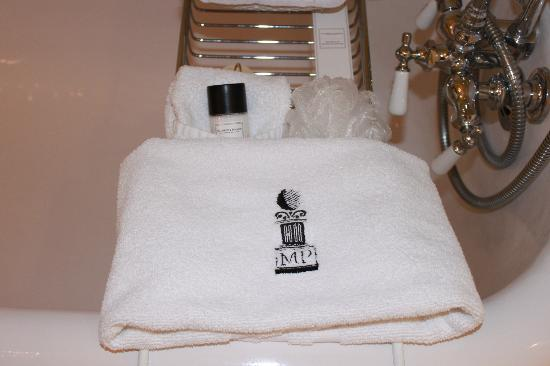 Maury Place at Monument: Bath accessories