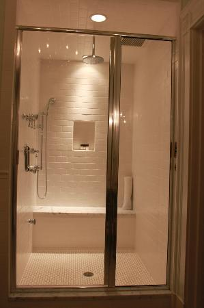 Maury Place at Monument: Amazing shower